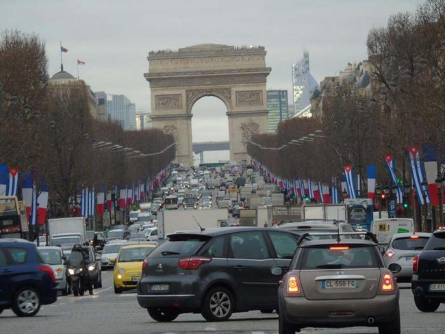 Cuban flags on the Champs-Élysées marking the official state visit