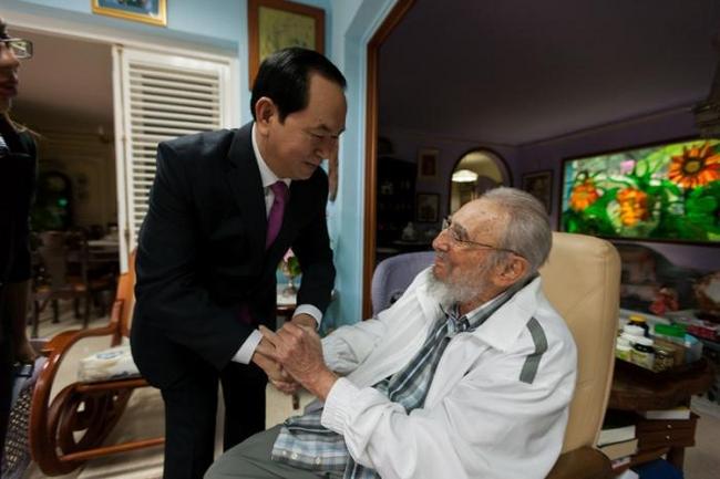 Fidel Castro greets Vietnamese President Tran Dai Quang