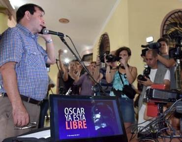 Fernando Gonzalez speaks to Oscar Rivera