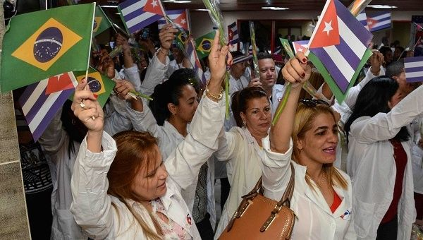 Cuban doctors returning to the island after being withdrawn from Brazil in December 2018